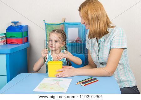 Five-year Girl Looks Good Whether It Undermined Pencil