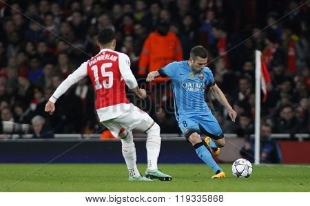 LONDON, ENGLAND - FEBRUARY 23: Alex Oxlade-Chamberlain of Arsenal and Jordi Alba of Barcelona during the Champions League match between Arsenal and Barcelona at The Emirates Stadium