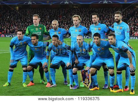 LONDON, ENGLAND - FEBRUARY 23:  Barcelona team line up before the Champions League match between Arsenal and Barcelona at The Emirates Stadium
