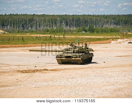 Tank T-80 at the test site with the rotated tower
