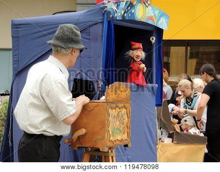Street Hand-organ Puppet Show