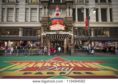 NEW YORK - NOV 25 2015: The giant green carpet by the Macy's department store entrance in front of the VIP and television stands on 34th St the day before Thanksgiving in Manhattan.