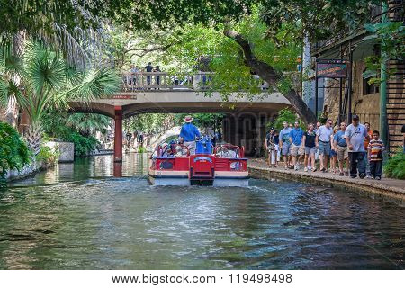 San Antonio, Tx/usa - Circa November 2015: Tourists And Boats At River Walk In San Antonio,  Texas