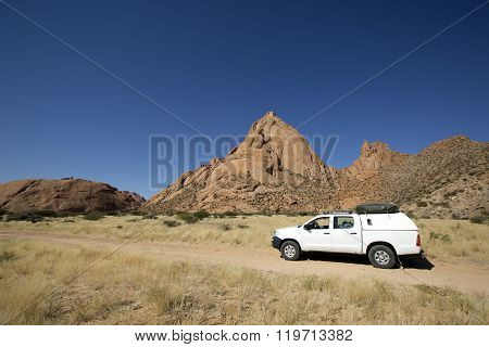 4x4 in front of the Spitzkoppe.