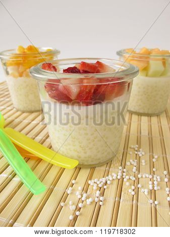 Tapioca pudding with fresh fruits