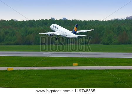 Lufthansa Airlines Airbus A319-114 Aircraft In Pulkovo International Airport In Saint-petersburg, Ru