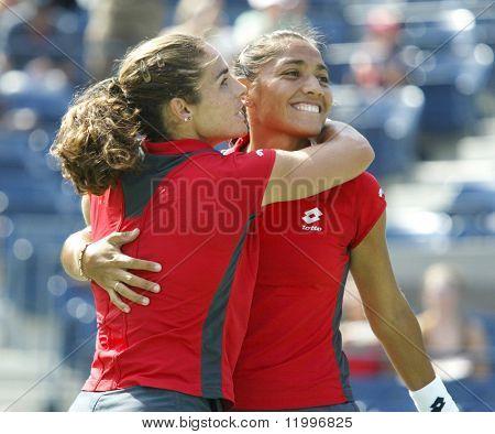 FLUSHING, NY - 7. SEPTEMBER: Virginia Ruano Pascual (L) umarmt Paola Suarez nach dem Gewinn der Frauen-D