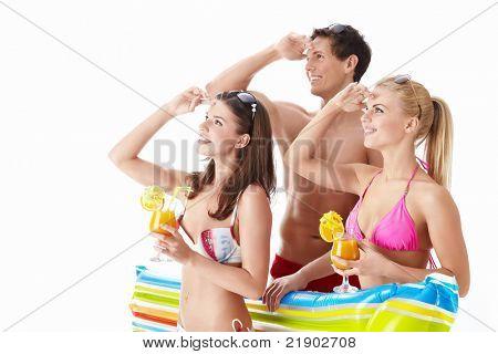 Attraktive Menschen in Badeanzüge nachschlagen isoliert