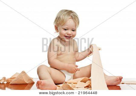 Kleiner Junge mit Toilettenpapier