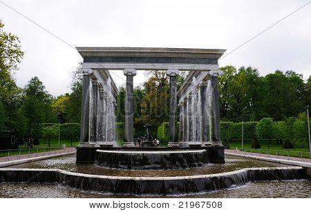 Fontes no Parque de Peterhof. Cascata de Leão