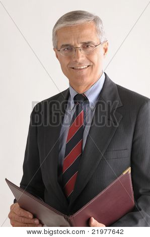 Empresario de edad media con la carpeta de cuero sobre formato vertical fondo gris claro