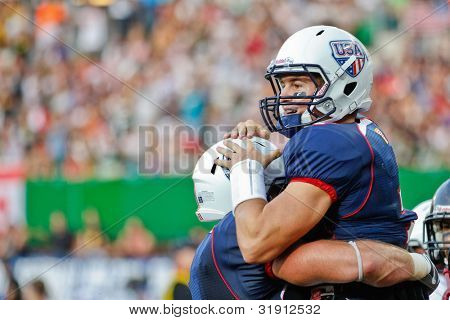 Viena, Áustria, 16 de julho QB Cody Hawkins (#7 EUA) comemora após um touchdown no Worl futebol