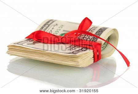 Un montón de billetes de cien dólares atadas cinta roja aislada en blanco