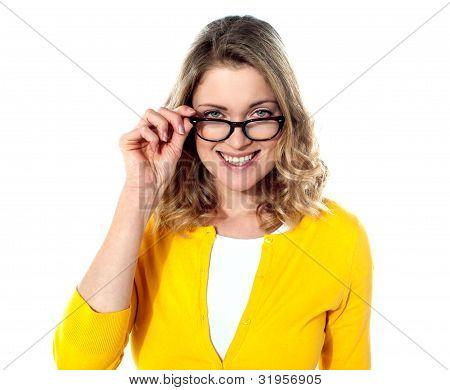 Adolescente feliz com óculos