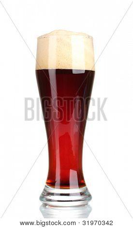 Rotes Bier mit Schaum im Glas isoliert auf weiß