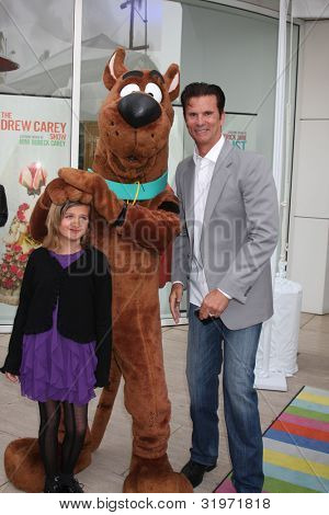 LOS ANGELES - APR 12:  Isabella Lamas, Scooby-Doo, Lorenzo Lamas arrives at Warner Brothers