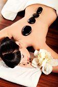 Постер, плакат: Красивая женщина расслабляющий спа салон