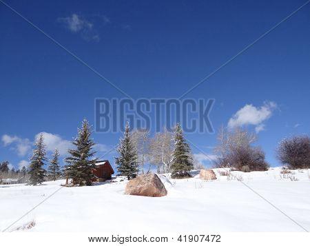 Schnee gebunden Kabine in Winterlandschaft