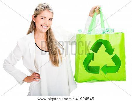 Mulher de reciclagem com um saco reutilizável - isolado sobre o branco
