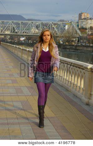 Blondes Mädchen folgen den Bürgersteig