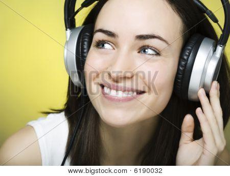 Menina gosta de ouvir música