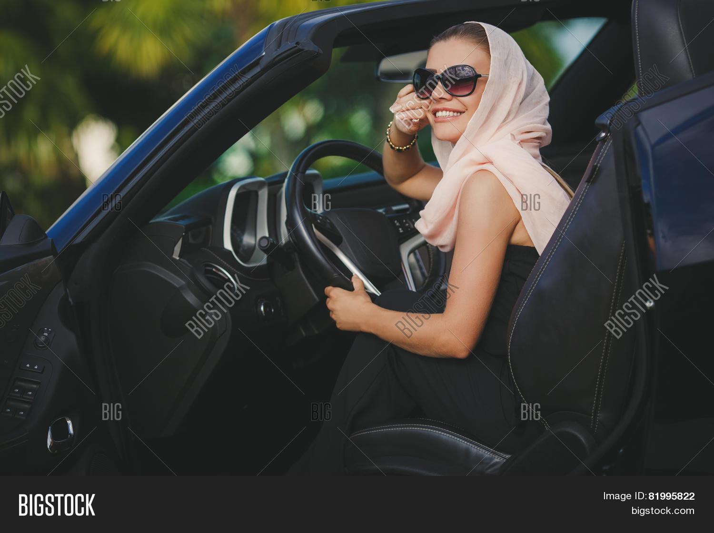 Фото девушек на черном кабриолете