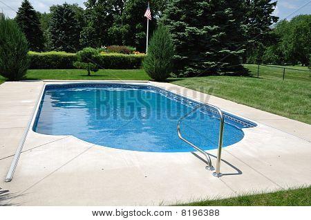Patio trasero en el suelo piscina