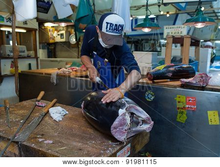 Fresh Tuna main cut by professional Japanese tuna handler