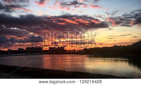 Atardecer con puesta de sol tomado junto al mar