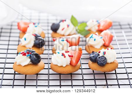 Tiny sweet treats with vanilla wafers, berries and cream cheese