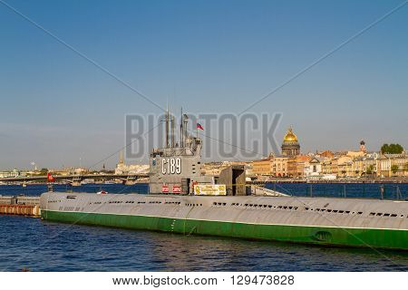 St. Petersburg. The submarine on the Neva River, the embankment of the lieutenant Schmitt, on the second plan the Isakiyevsky cathedral. May 09, 2016