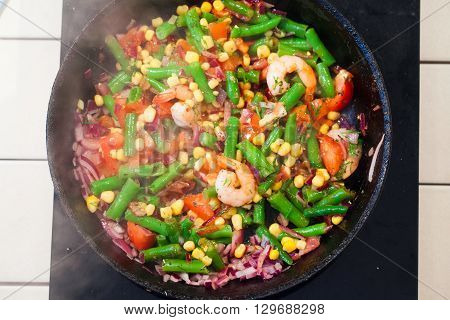vegetables in a pan, steam, top, green beans onions tomatoes shrimp fried prawns