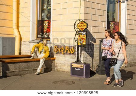 St.PETERSBURG, RUSSIA - MAY 8, 2016: One of the scenes of the life on Nevsky Prospekt. It the main street of St. Petersburg, majority of the city's shopping and nightlife are located on the Nevsky.