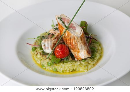 Chicken rolls with risotto and green peas