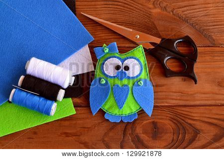 Felt owl embellishment. Felt owl toy. How to make a cute felt owl - kids DIY crafts tutorial. Sheets of colored felt, scissors, thread, needle, wooden table