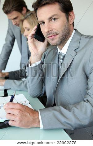 Ejecutivo en el teléfono móvil