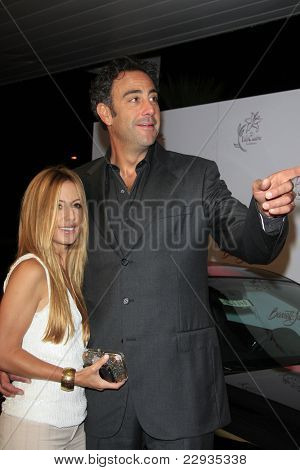 SANTA MONICA - OCT 4: Brad Garrett and girlfriend Lisa Gores at the 11th Annual Lili Claire Foundation Benefit at the Santa Monica Civic Auditorium in Santa Monica, California on October 4, 2008