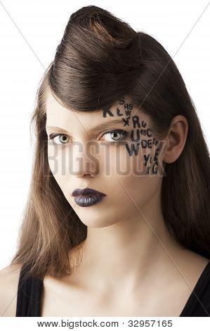 Estilo de cabelo e bonito da senhora, ela parece em da lente