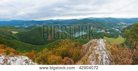 Hermoso paisaje eslovaco panorámico con una roca y el río abajo en el valle. Área de Kosice