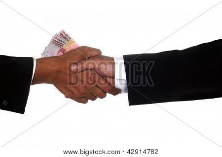 Mãos de homem dar o dinheiro para outro homem
