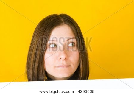 Mulher bonita olhando para o canto direito.