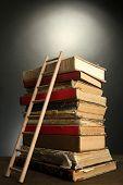Постер, плакат: Старые книги и деревянные лестницы на сером фоне