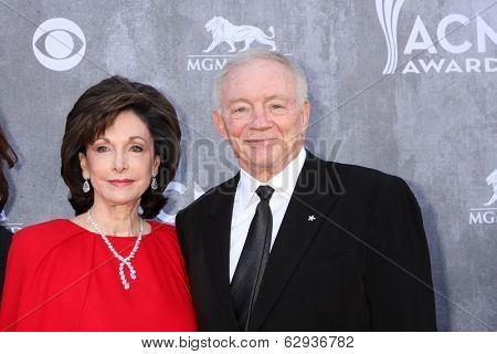 LAS VEGAS - APR 6:  Jerry Jones, Family at the 2014 Academy of Country Music Awards - Arrivals at MGM Grand Garden Arena on April 6, 2014 in Las Vegas, NV