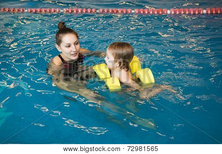 Mum Learns Small Son To Float