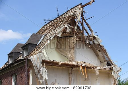 Semi-collapsed roof