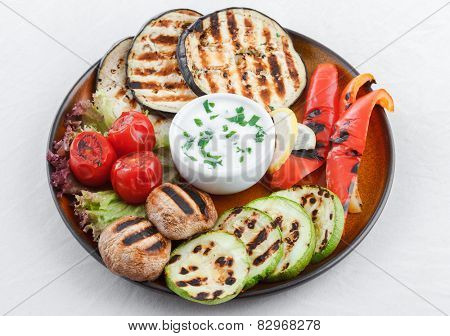 Grilled vegetables with garlic dip