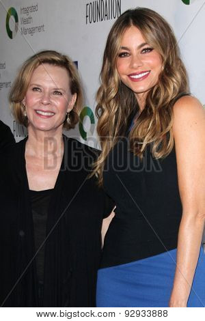 LOS ANGELES - JUN 8:  JoBeth Williams, Sofia Vergara at the SAG Foundationâ??s 30TH Anniversary LA Golf Classi at the Lakeside Golf Club on June 8, 2015 in Toluca Lake, CA