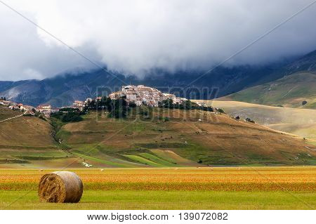 Castelluccio is a country situated on a plain surrounded by mountains. Famous throughout Italy and the world for the cultivation of lentils and the colorful summer flowering. A destination for amateur and professional photographers and all those tourists