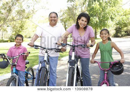 Avós no parque com netos equitação bicicletas