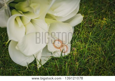 bridal bouquet of calla lilies and rings